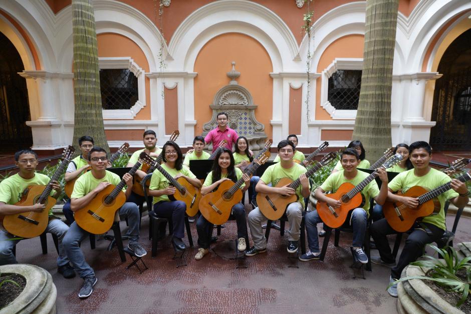 Los guitarristas también pertenecen a un coro municipal. (Foto: Wilder López/Soy502)
