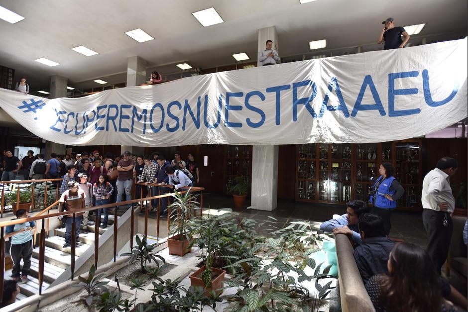 Los estudiantes manifestaron su molestia por el incidente en las instalaciones de Rectoría. (Foto: Anyelo García/Nuestro Diario)