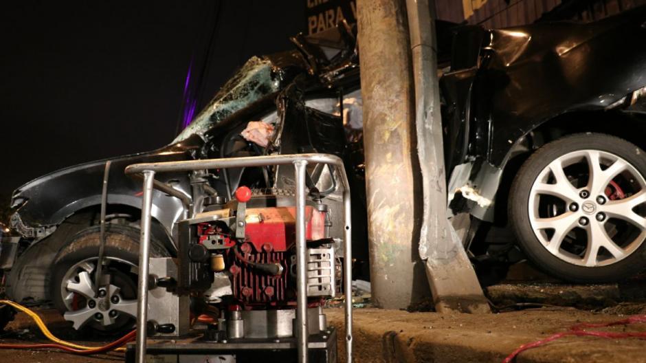 Las autoridades creen que el conductor manejaba a excesiva velocidad cuando perdió el control. (Foto: Bomberos Municipales)