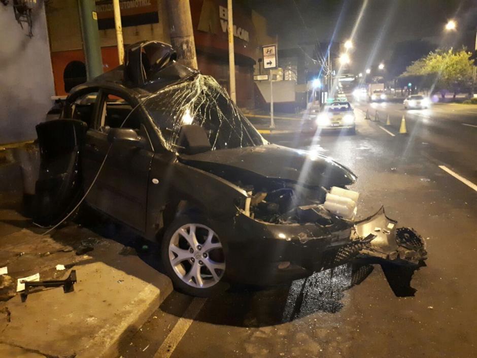 Un aparatoso accidente se registró sobre la calzada Roosevelt y 10.ª avenida de la zona 7. (Foto: Amílcar Montejo/PMT)