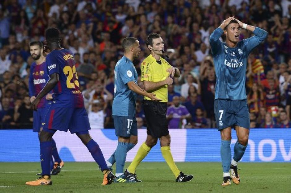 Cristiano Ronaldo empuja al árbitro foto
