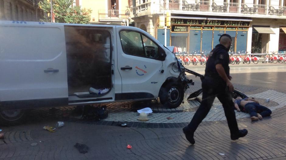 La furgoneta es propiedad de una empresa de alquiler de vehículos. (Foto: Infobae)