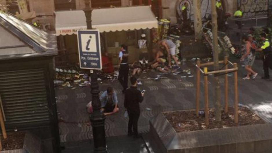 La policía local ordenó el cierre de locales comerciales en los alrededores del incidente. (Imagen: Infobae)