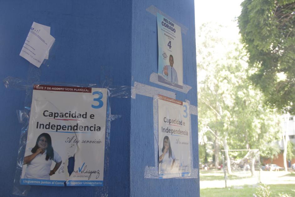 Algunas columnas en los pasillos del campus central tienen algunos carteles de campaña electoral. (Foto: Fredy Hernández/Soy502)