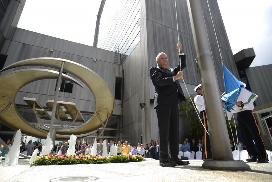 Juan Diedrich fue el encargado de izar la bandera. (Foto: Wilder López/Soy502)