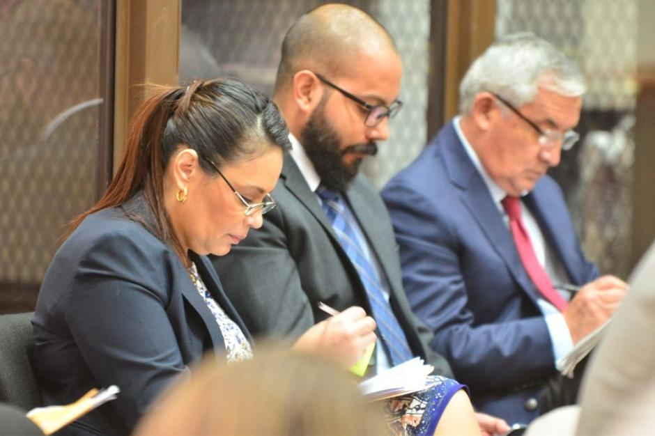 Roxana Baldetti y Otto Pérez Molina realizan anotaciones mientras el fiscal pide que enfrenten juicio por el caso La Línea. (Foto: Jesús Alfonso/Soy502).