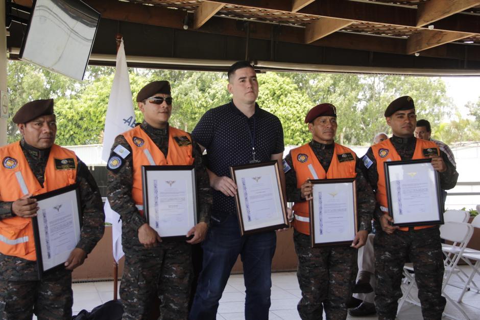 Julio reconoció a los elementos de la Unidad de Rescate Humanitario del Ejército de Guatemala. (Foto: Fredy Hernández/Soy502)