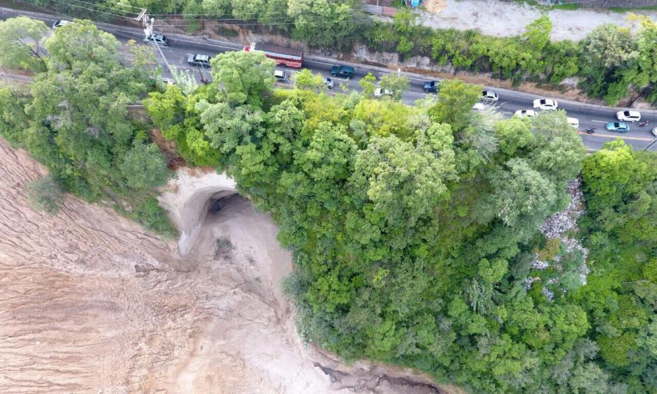 Este es el socavamiento que se registra en el kilómetro 9.5 de la ruta hacia Boca del Monte. (Foto: Facebook/ Amílcar Montejo)