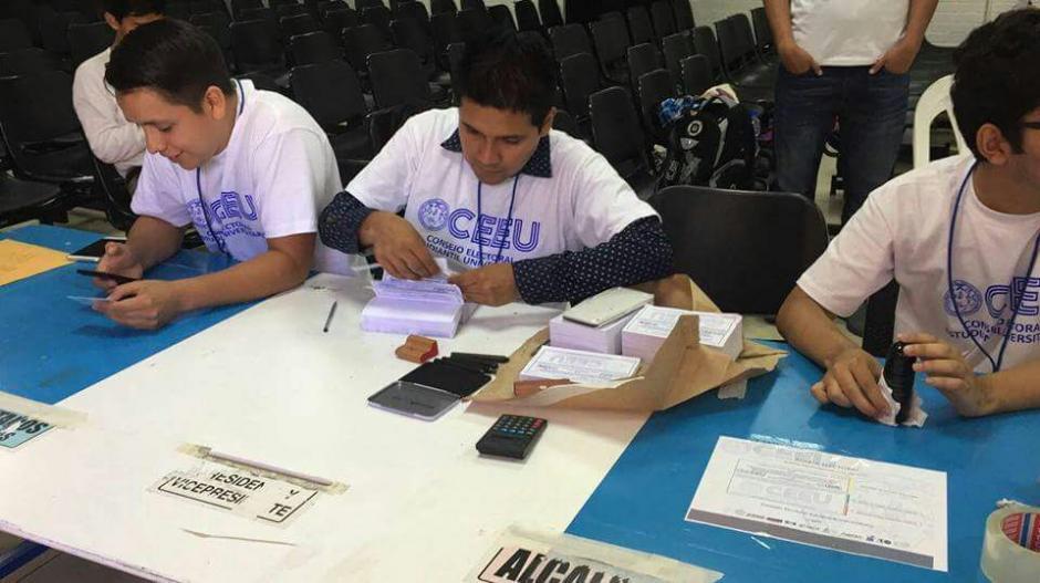 Las mesas autorizadas para el proceso electoral están debidamente identificadas. (Foto: CEEU)