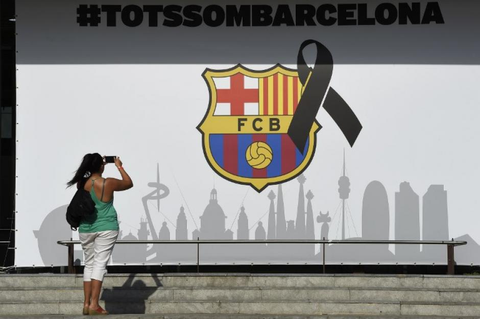 En los alrededores del estadio se observaron moñas negras. (Foto: AFP)