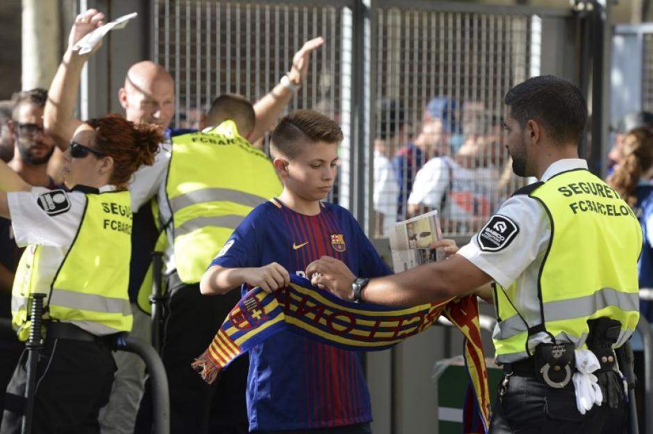 La seguridad dispuso de varios anillos de seguridad para ingresar al Camp Nou. (Foto: AFP)