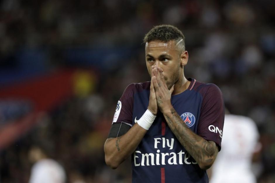 antes de comenzar el juego, Neymar se vio afectado por los incidentes terroristas en Barcelona. (Foto: AFP)