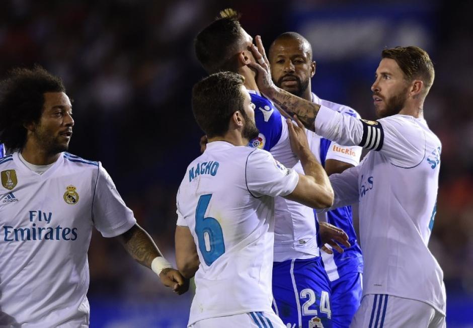 Sergio Ramos le metió un manotazo a un rival. (Foto: AFP)