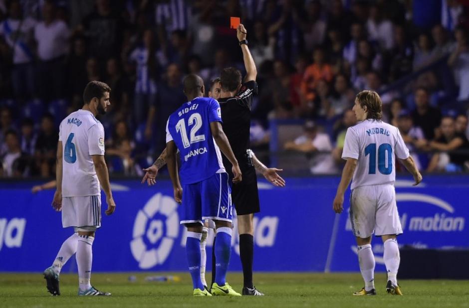 El defensa merengue salió expulsado antes de concluir el juego. (Foto: AFP)