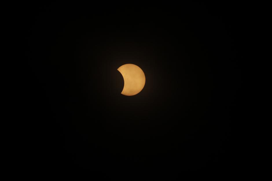 Cerca de dos horas se pudo ver cómo la luna cubría una parte del sol en la posición que se encuentra Guatemala. (Foto: Wilder López/Soy502)