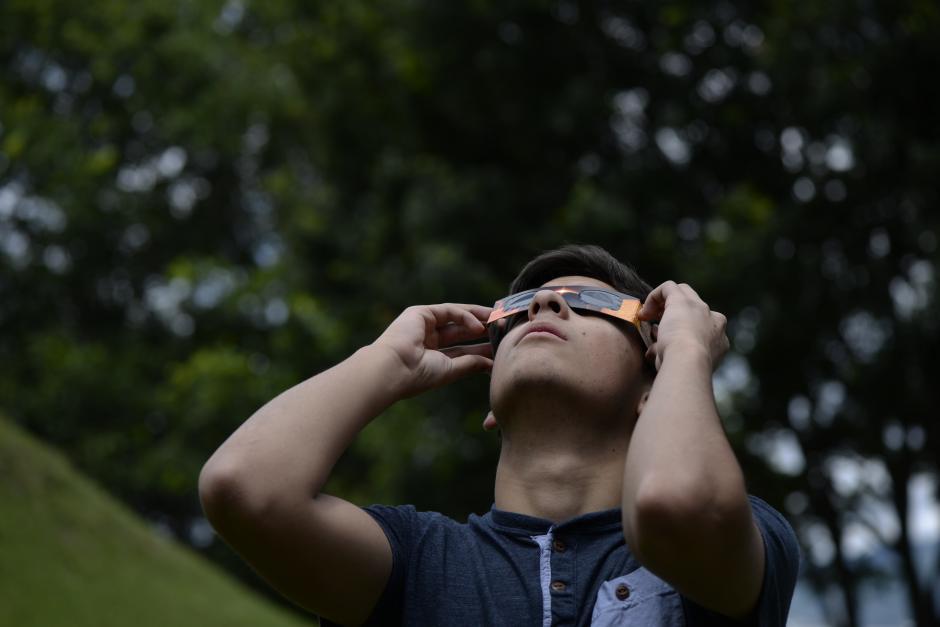 La mayoría utilizó anteojos especiales para ver al sol. (Foto: Wilder López/Soy502)