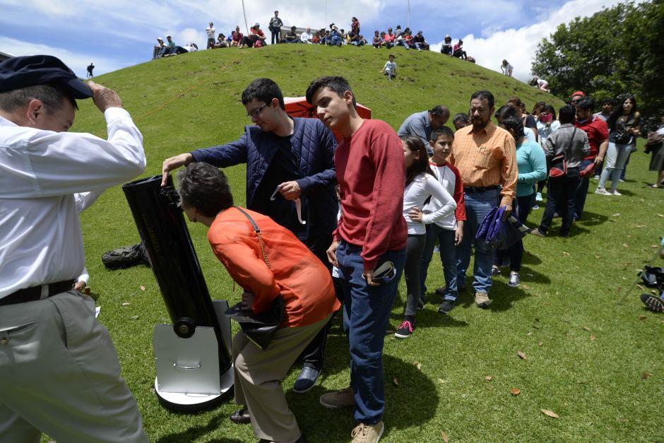 Muchas personas observaron a través de telescopios el eclipse. (Foto: Wilder López/Soy502)