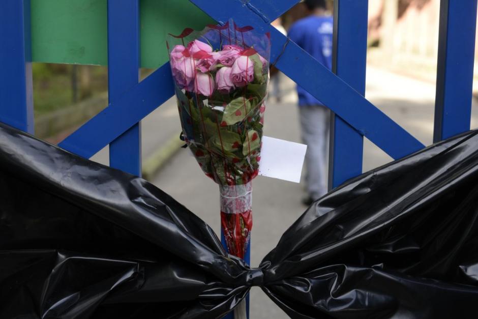 Con moñas negras se mantienen las puertas del hospital. (Foto: Wilder López/Soy502)