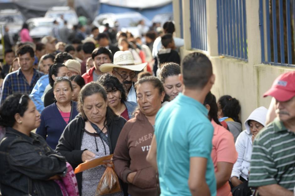 Algunas personas esperaron a que se abrieran las puertas. (Foto: Wilder López/Soy502)