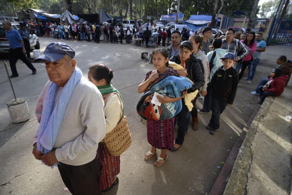 Cientos de guatemaltecos buscan atención en el Roosevelt. (Foto: Wilder López/Soy502)