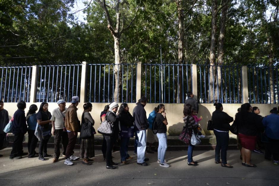 Cientos de personas tuvieron que hacer fila. (Foto: Wilder López/Soy502)