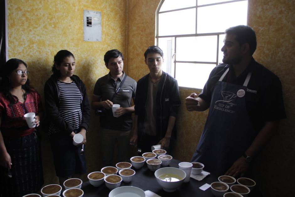 Luego de la parte teórica, los asistentes aprendieron cómo se prueba el café. (Foto: Fredy Hernández/Soy502)