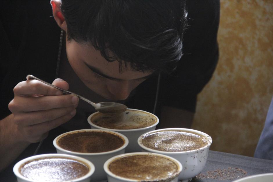 Uno de los procesos era sentir el aroma de la bebida. (Foto: Fredy Hernández/Soy502)
