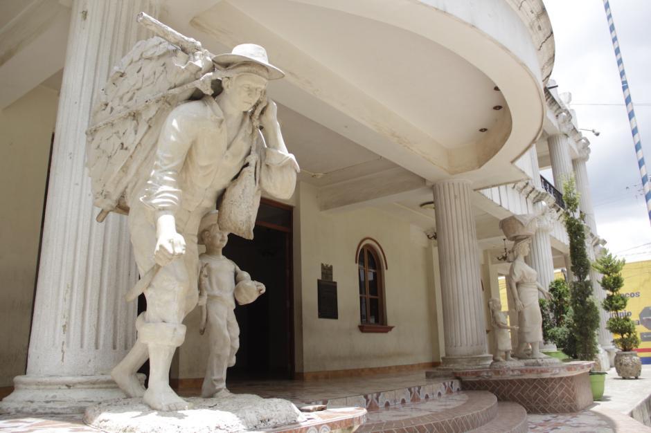 La municipalidad de Santo Domingo Xenacoj tiene un monumento a la gente trabajadora de esa comunidad. (Foto: Fredy Hernández/Soy502)