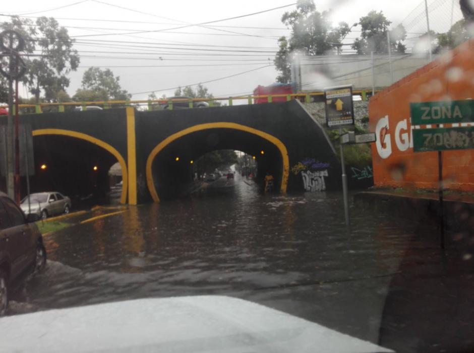 El final de la 13 calle de la zona 11 está inundado. (Foto: Twitter)