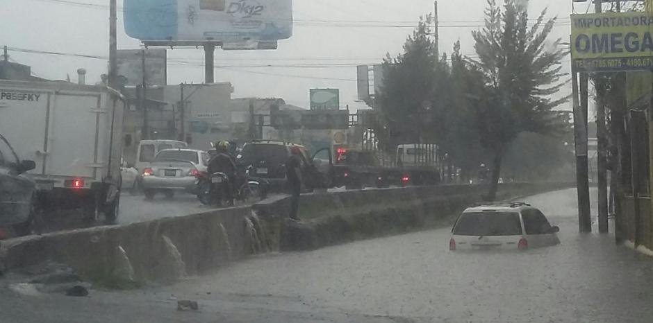 La fuerte lluvia inundó gran parte de la calzada Raúl Aguilar Batres. (Foto: Twitter)