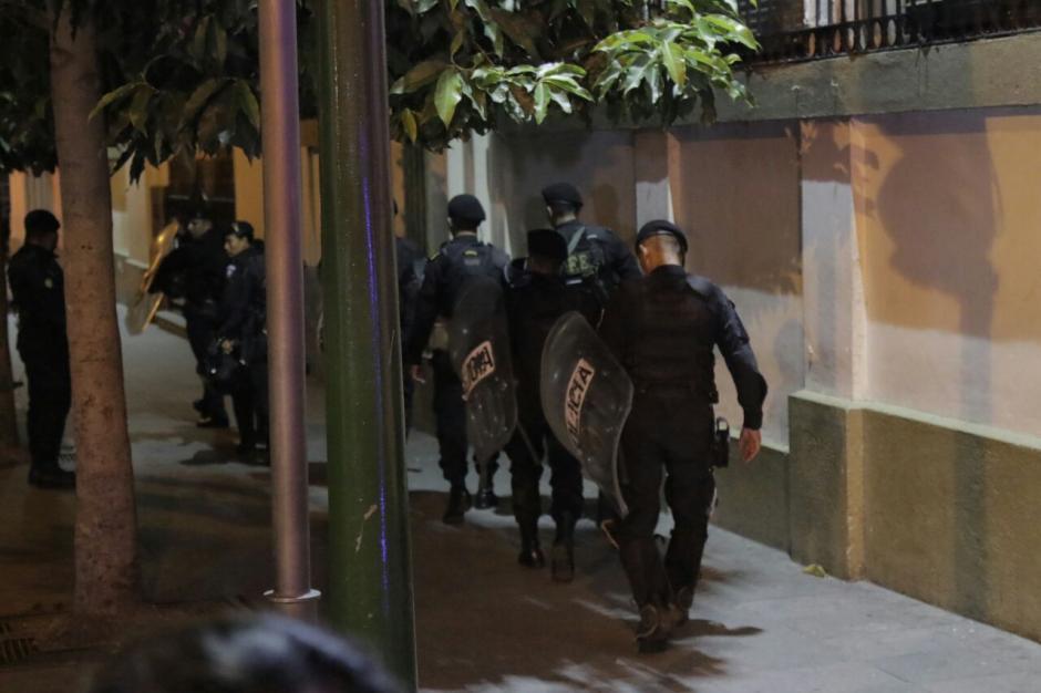 Antimotines llegan a las afueras de Casa Presidencial por manifestación. (Foto: Alejandro Balán/Soy502)