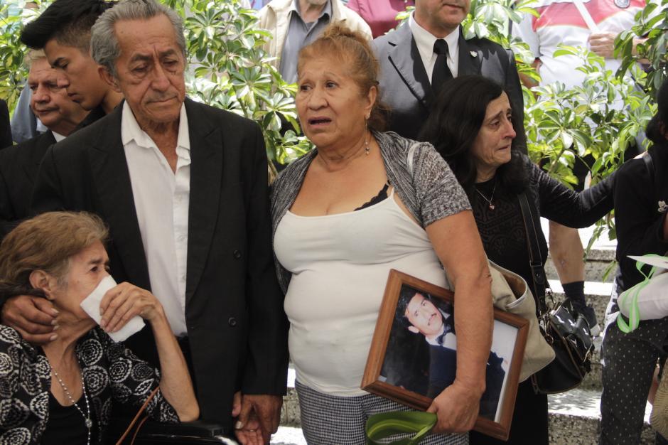 Los padres y hermana del servidor público no daban crédito a la pérdida familiar. (Foto: Fredy Hernández/Soy502)