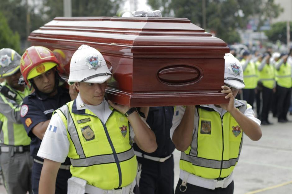El cuerpo del agente fallecido llegó cerca de las 11 de la mañana a la Municipalidad. (Foto: Alejandro Balán/Soy502)