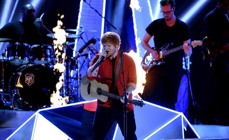 """Ed Sheeran cantó """"Shape of You"""" en los VMA. (Foto: AFP)"""