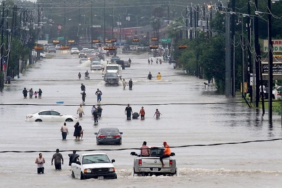 Tuit viral permite rescate de ancianos de una casa inundada en Texas