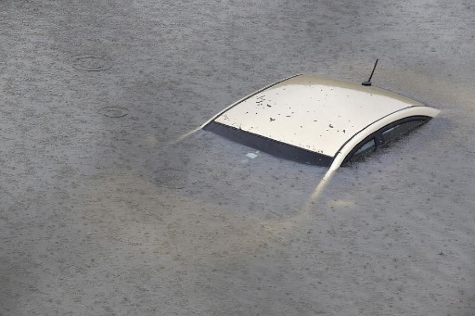 Decenas de vehículos quedaron totalmente cubiertos por las inundaciones. (Foto: AFP)