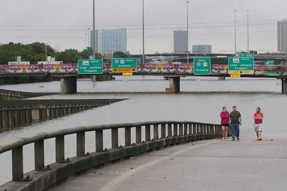 Las principales calles de la ciudad están inundadas. (Foto: AFP)