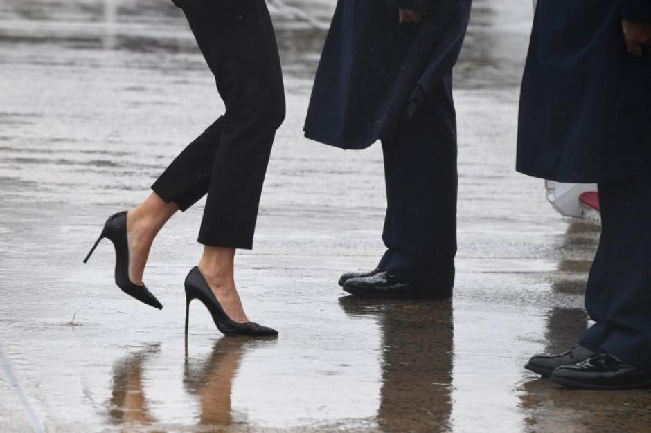 Melania llevaba unos zapatos de tacón alto que no combinaban con el lugar adonde iba. (Foto: AFP)