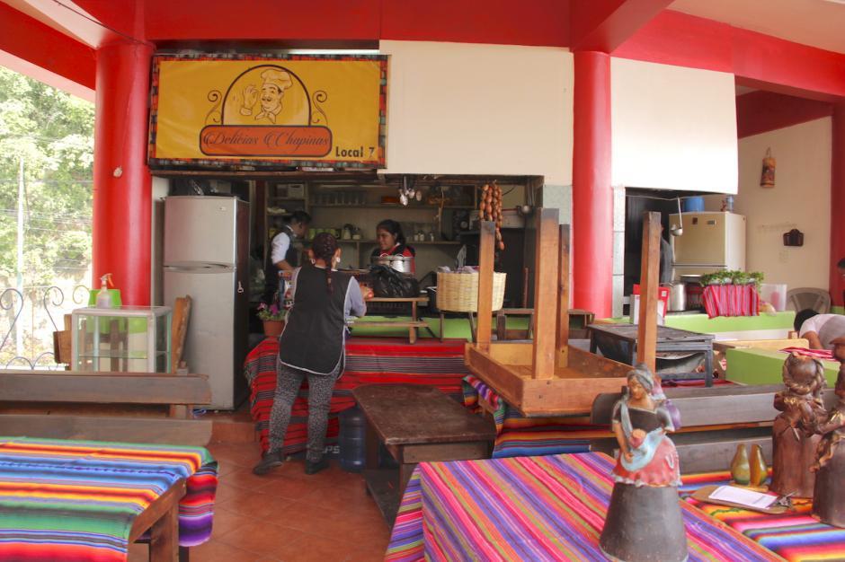 Algunos comerciantes empiezan a colocar las mesas y sillas de sus establecimientos. (Foto: Fredy Hernández/Soy502)