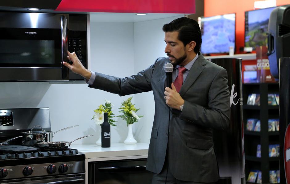 """""""Nuestros productos cuentan con el acabado Smudge Proof, el cual permite una fácil y rápida limpieza"""", explicó Arturo Gonzales, gerente de Producto y Mercadeo Electrolux. (Foto: Victor Xiloj/Soy502)"""