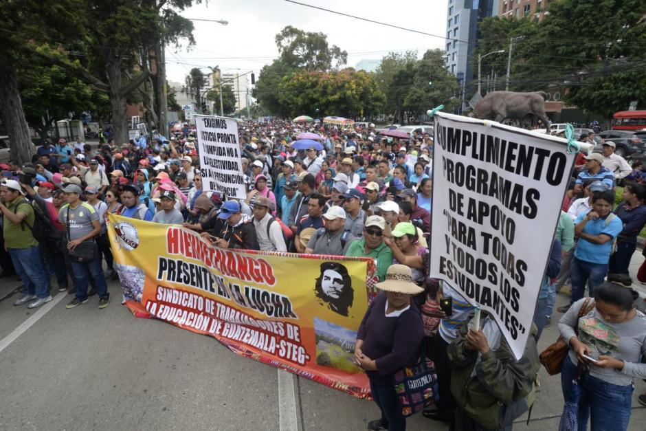 Los maestros transitaron por la avenida Reforma y las zonas 4 y 1. (Foto: Wilder López/Soy502)