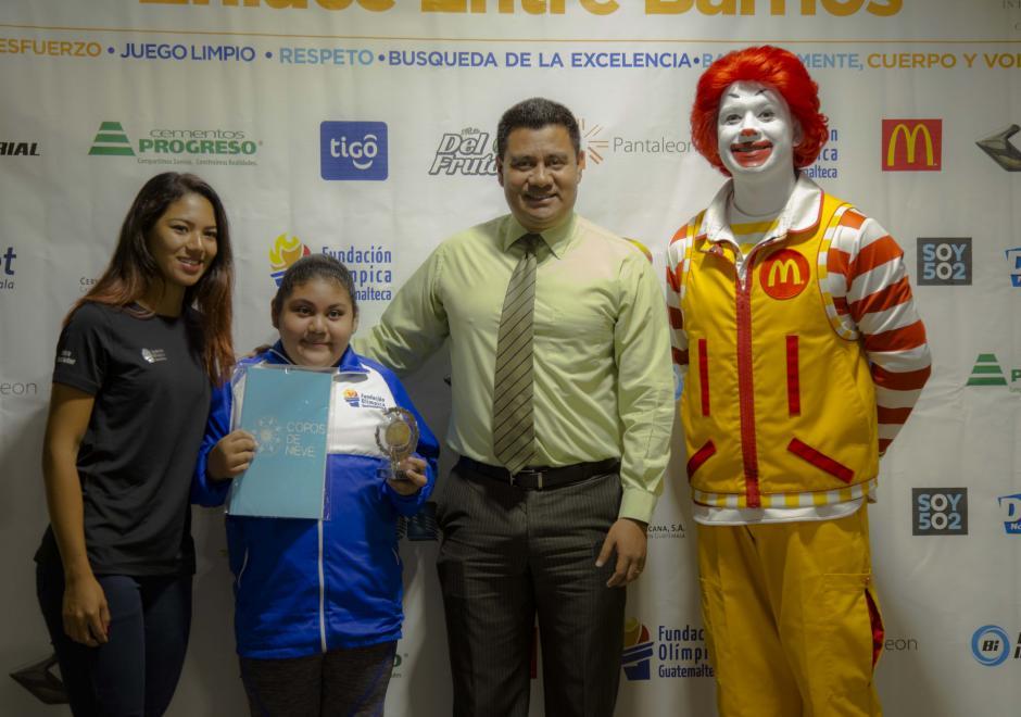 Todos los reconocimientos fueron entregados por atletas de alto rendimiento, elegidos como atletas embajadores de la Fundación. (Foto: Victor Xiloj/Soy502)
