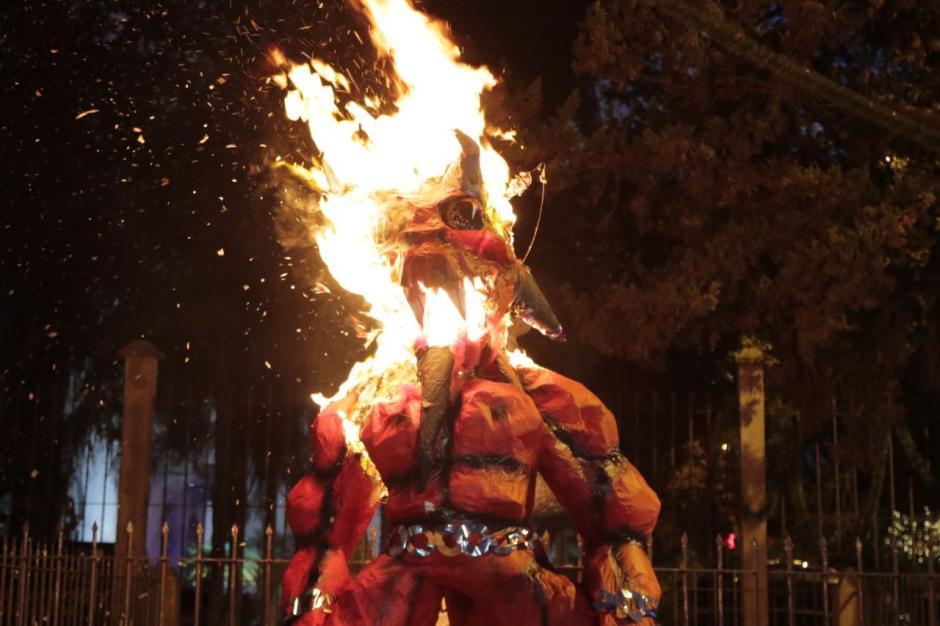 También se tiene como tradición la quema de basura.  (Foto: Alejandro Balán/Soy502)