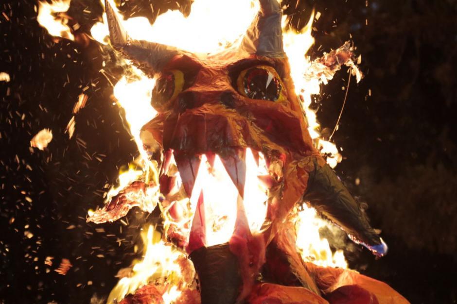 """Así celebraron los guatemaltecos la tradicional quema del """"diablo"""". (Foto: Alejandro Balán/Soy502)"""