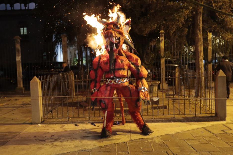 Los guatemaltecos acostumbran quemar figuras de diablos.  (Foto: Alejandro Balán/Soy502)