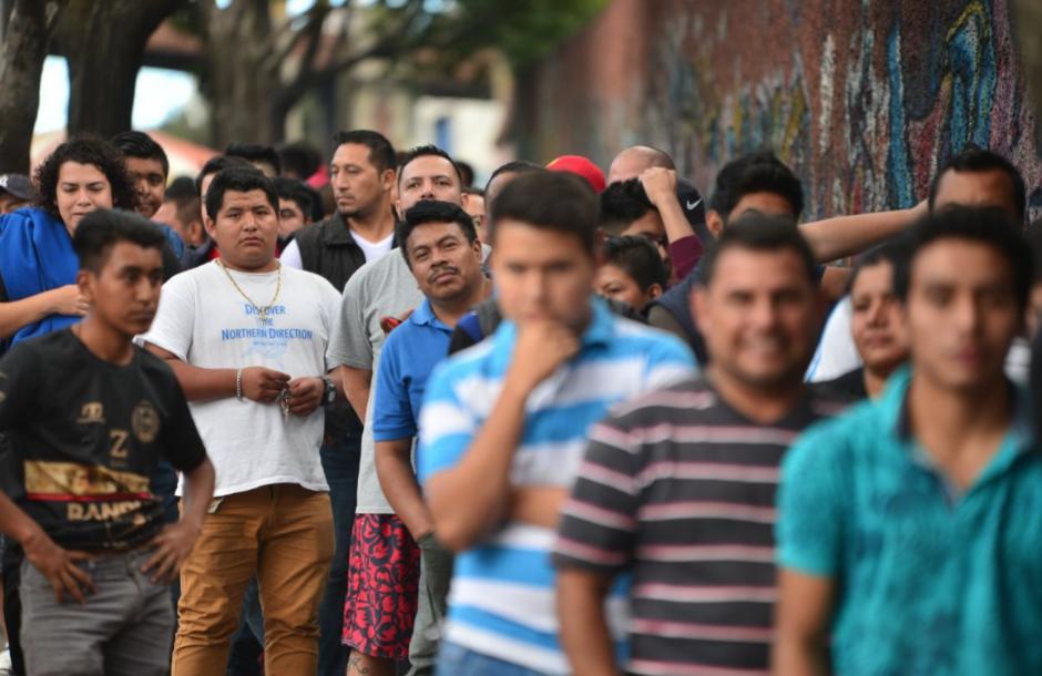 Largas filas de aficionados se observan en el estadio nacional Doroteo Guamuch Flores. (Foto: Jesús Alfonso/Soy502)