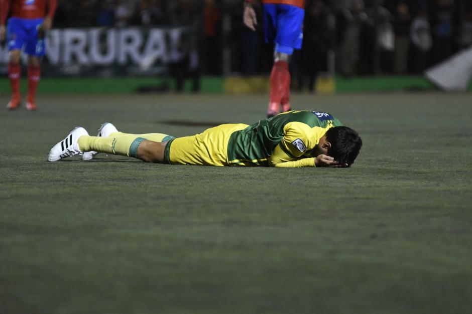 Los jugadores de Petapa lamentaron la derrota. (Foto: Orlando Chile/Nuestro Diario)
