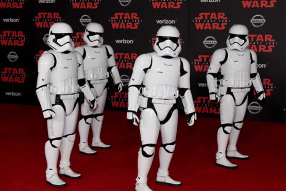 """Los """"Storm Troppers"""" no podían faltar a la alfombra roja (Foto: AFP)"""