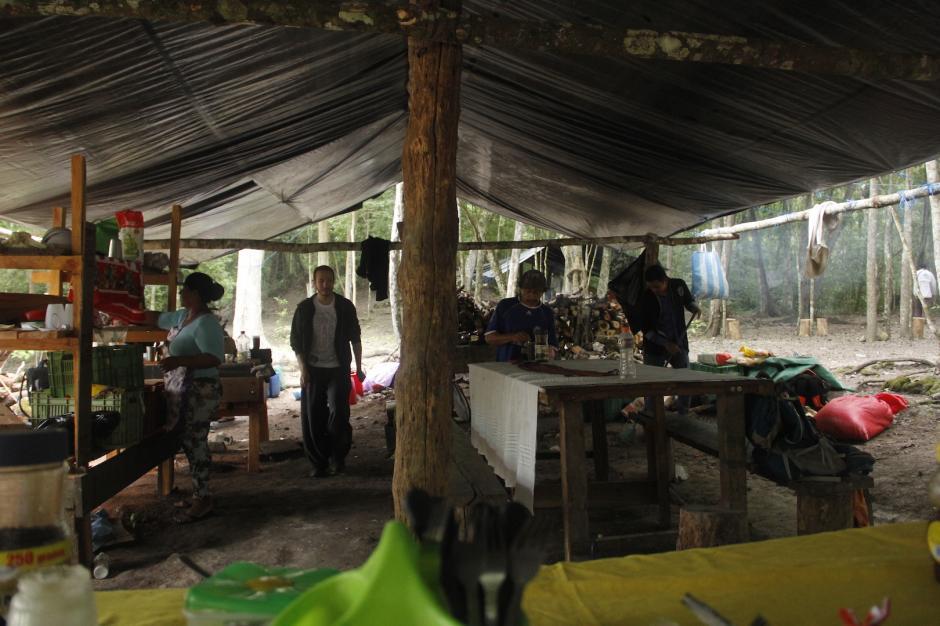 En el campamento, los turistas pueden descansar antes de continuar la aventura por la selva. (Foto: Fredy Hernández/Soy502)
