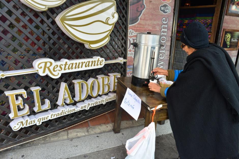 El clima frío hizo que varias personas se acercaran a tomar café. (Foto: Jesús Alfonso/Soy502)